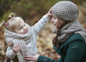 Young woman and her little daughter in autumn - NIF000071