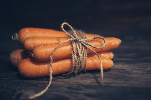 Bunch of five carrots on dark wood - JPF000111