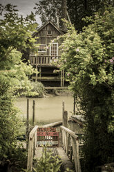 Canada, British Columbia, Finn Slough, jetty and lonely wooden house at Fraser River - NGF000294