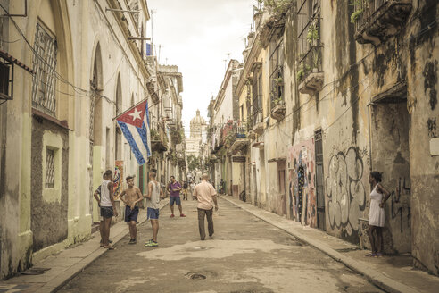 Cuba, Havana, street scene in the old town - MAB000365
