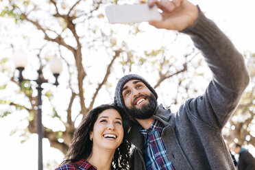 Young happy couple taking a selfie outdoors - JRFF000402