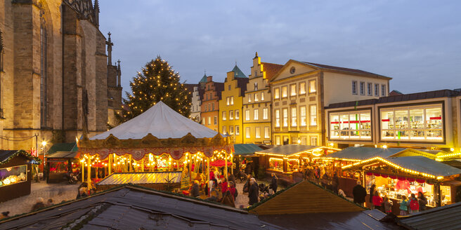 Germany, Osnabrueck, Christmas market on market place, gable houses in the evening - WIF003201