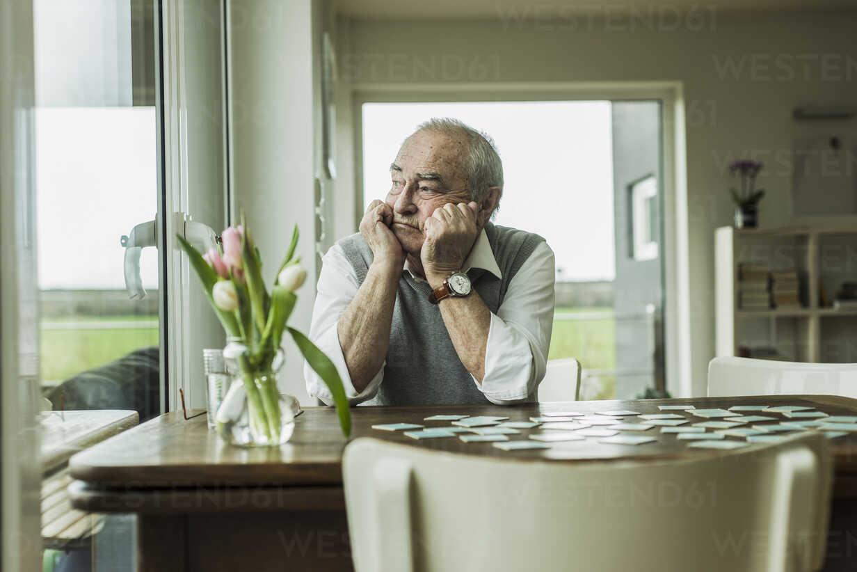Portrait of sad senior man looking through window - UUF006590 - Uwe Umstätter/Westend61