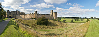 UK, Alnwick, view to Alnwick Castle - SH001857