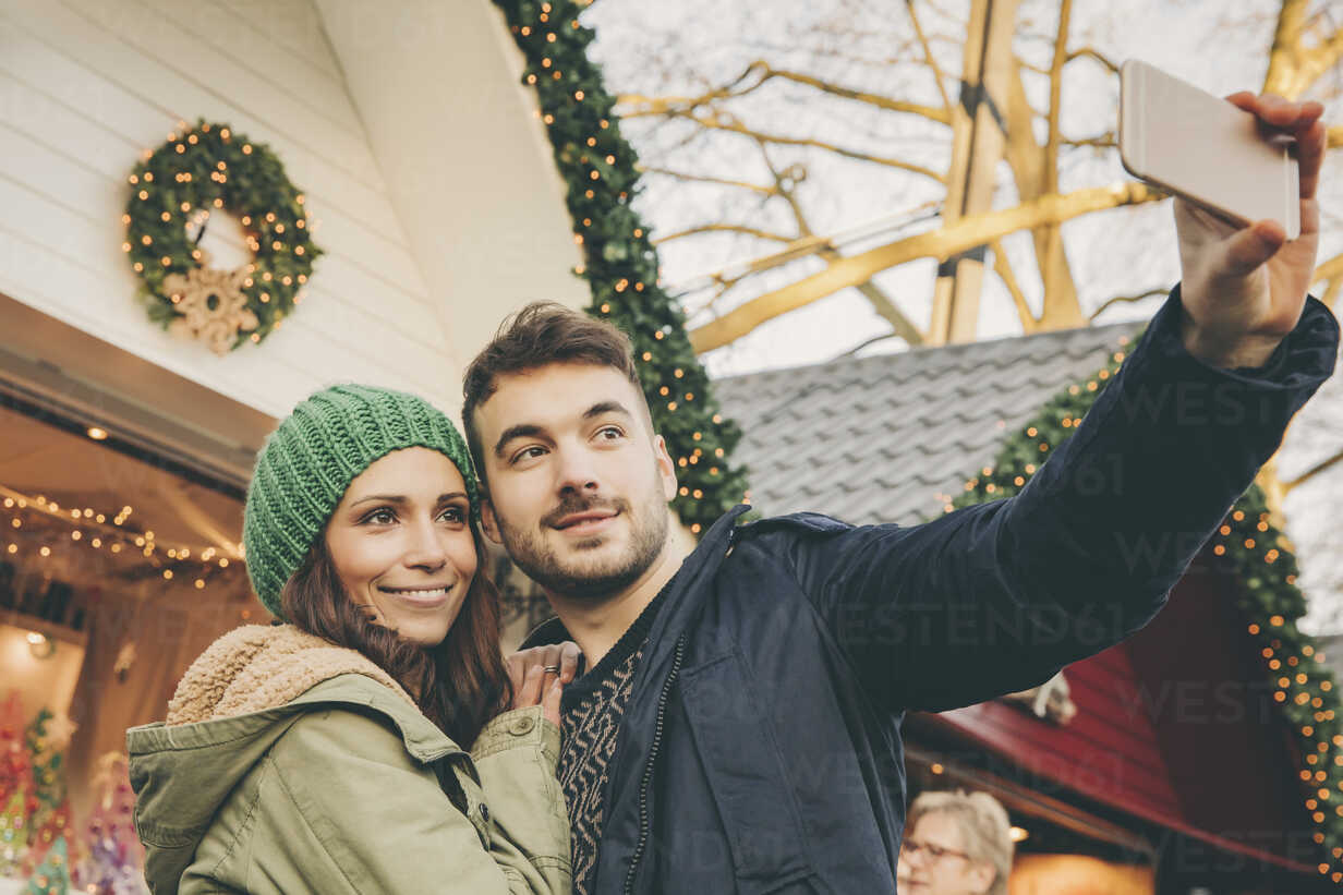 Couple taking a selfie on the Christmas Market - MFF002665 - Mareen Fischinger/Westend61