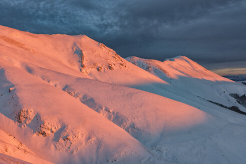 Italy, Umbria, Monti Sibillini National Park, Sunset on mountain Redentore in Winter - LOMF000219