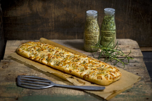 Focaccia with garlic, rosemary and thyme - MAEF011284