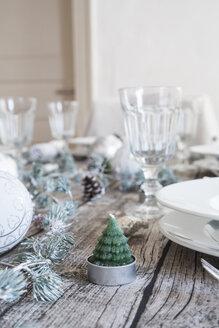Tea light shaped like a fir on laid table at Christmas time - LVF004528