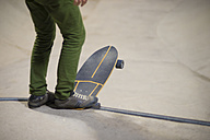 Legs of young man with skateboard - SKCF000054