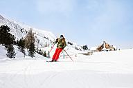 Austria, Turracher Hoehe, man skiing downhill - DAWF000511