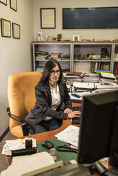 Woman working at desk in office - JASF000478