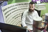 Optometrist working on computer - JASF000518