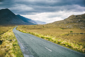 Ireland, Country road in Connemara - GIOF000784