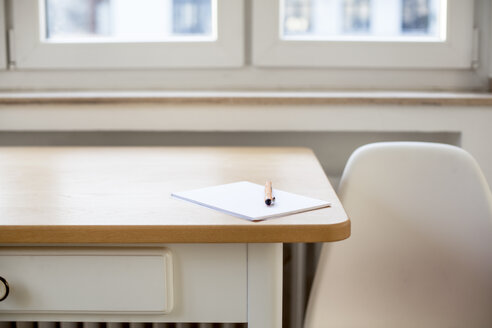 Notepad and pen on table - FMKF002272