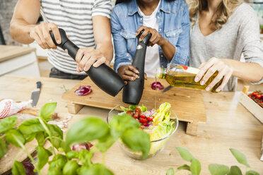 Friends preparing salad - FMKF002314