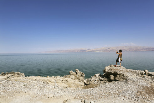 Israel, man taking picture at the shore of the Dead Sea - REAF000057