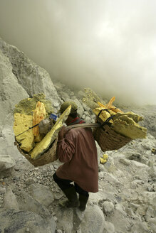Indonesia, Java, Sulphur miners working in the crater at Kawah Ijen - DSG000984