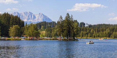Austria, Tyrol, Kitzbuehel, Schwarzsee with Wilder Kaiser in background - WDF003538