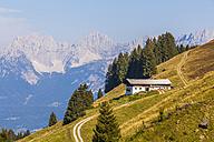 Austria, Tyrol, Kitzbuehel, mountain farm in front of Kaiser Mountains - WDF003544