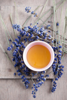 Bowl of lavender honey and lavender blossoms - MYF001347