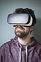 Man wearing Virtual Reality Glasses - RBF004091