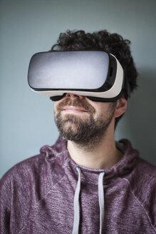 Man wearing Virtual Reality Glasses - RBF004091