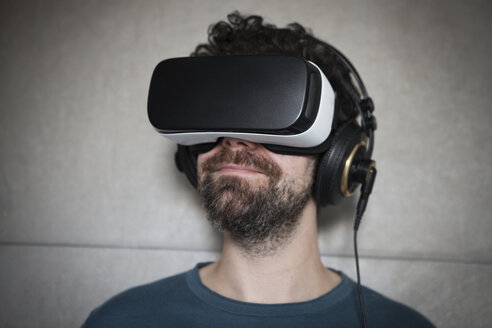 Man wearing Virtual Reality Glasses and headphones - RBF004094