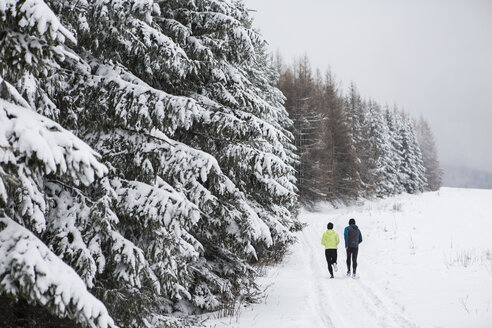 Couple doing cross country run in winter - HAPF000253
