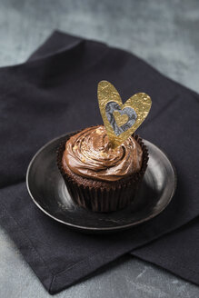 Cupcake with chocolate cream and golden powder, decorated - MYF001353