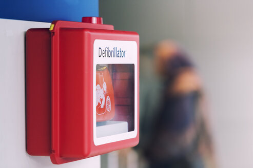 Defibrillator hanging on the wall - FRF000393