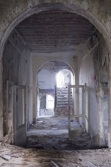 Italy, Tuscany, indoor view of a palace ruin - CR002734