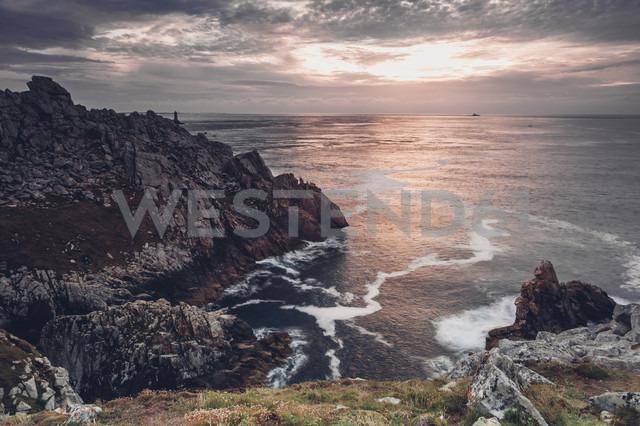 France, Brittany, Pointe du Raz, sunset at the coast - MJF001804