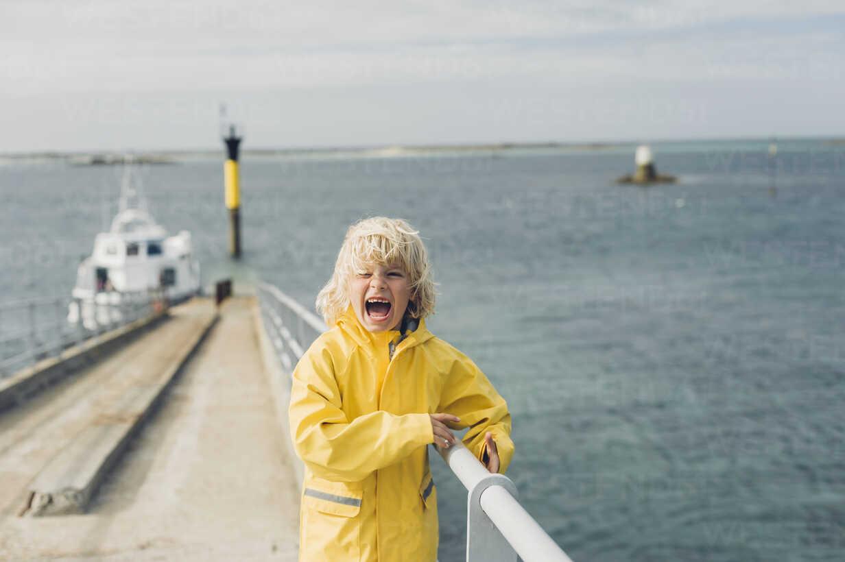 France, Brittany, Roscoff, boy screaming at the harbor - MJF001807 - Jana Mänz/Westend61