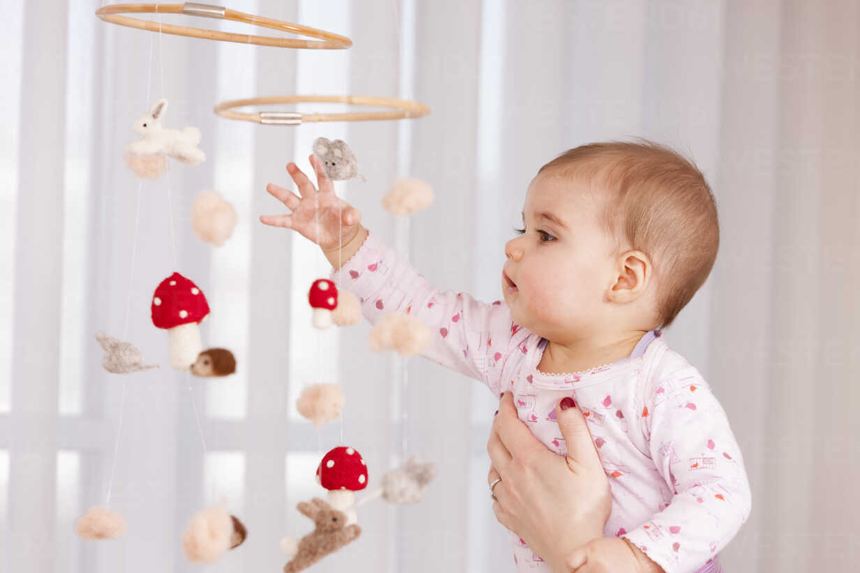 Baby girl watching mobile - DSF000623 - Daniel Simon/Westend61