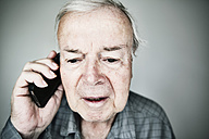 Portrait of senior man telephoning with smartphone - JATF000854