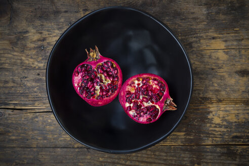 Bowl with two halves of organic pomegranate - LVF004582