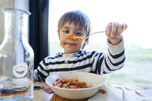 Boy eating pasta with tomato sauce - VABF000270