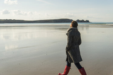 France, Bretagne, Finistere, Crozon peninsula, woman walking on the beach - UUF006667