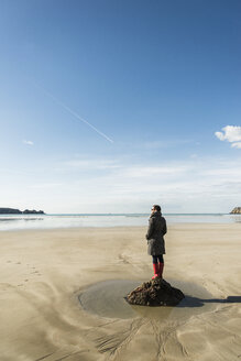 France, Bretagne, Finistere, Crozon peninsula, woman standing on the beach - UUF006670