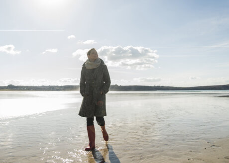 France, Bretagne, Finistere, Crozon peninsula, woman walking on the beach - UUF006679