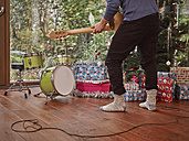 Man playing electric guitar in front of Christmas tree - RHF001307