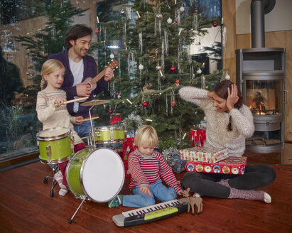 Father and daughters playing music on Christmas Eve - RHF001361