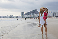 Brasil, Rio de Janeiro, mother carrying and kissing daughter on Copacabana beach - MAUF000269