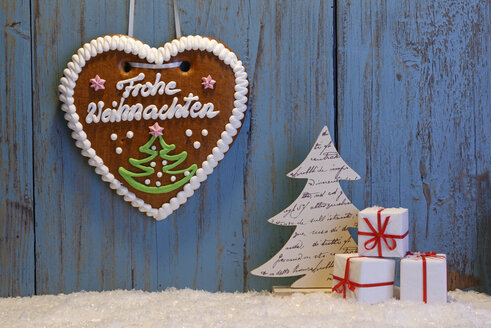 Artificial snow, Christmas decoration and gingerbread heart in front wooden wall - LBF001405