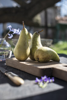Three pears on wooden board - DEGF000675
