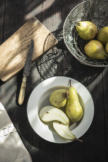Bowl with whole and sliced pears - DEGF000678