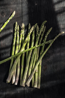 Green asparagus on dark wood - DEGF000684