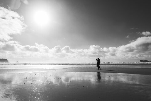 France, Bretagne, Finistere, Crozon peninsula, woman on the beach - UUF006704