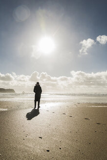 France, Bretagne, Finistere, Crozon peninsula, woman standing on the beach - UUF006707