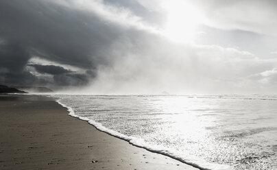 France, Bretagne, Finistere, Crozon peninsula, wave on the beach - UUF006713